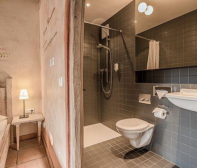 Schlafbereich und Bad Themenzimmer Schwarzer Veri, Familienzimmer, Hotel Arthus