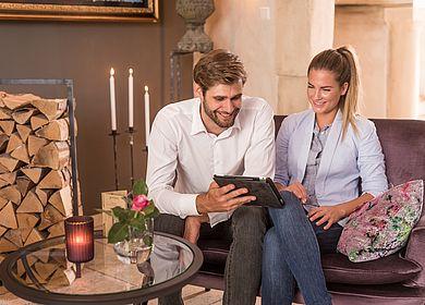 Lobby Hotel Arthus, Paar, Tablet, Ausflungsziele erforschen, Klosterhotel Aulendorf