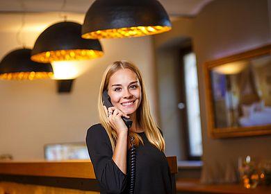 Rezeption Hotel Arthus, Empfang, Telefonische Auskunft, persönliche Auskunft, Empfangsmitarbeiter, herzlich willkommen,Gasthaus zum Rad, Ritterkeller