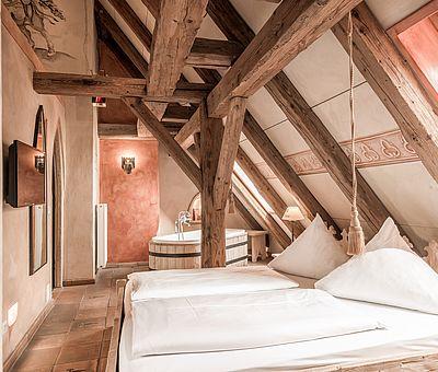 Schlafbereich Themenzimmer Wallenstein, Familienzimmer, Hotel Arthus, Mittelalter, Aulendorf