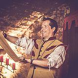 Mundschenk Ludwig Aulendorfer Ritterkeller, Mittelalter, Verlesung der Tischregularien, Manuskript, Buehne, mittelalterliches Ambiente, Erlebnis