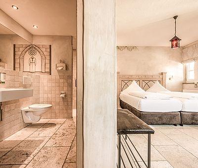 Schlafbereich und Badezimmer, Doppelzimmer, Hotel Arthus, klösterlicher Bereich