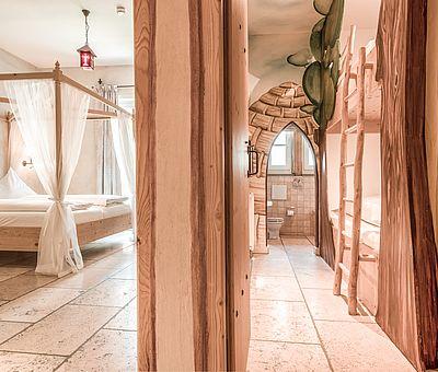 Schlafbereich und Kinderbereich, Themenzimmer Ambrosius, Hotel Arthus