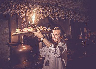 Aulendorfer Ritterkeller, Rittermahl, Praesentation der Speisen, Show, Unterhaltung, mittelalterliches Erlebnis, historischer Gewölbekeller, Feuerwerk, Spektakel