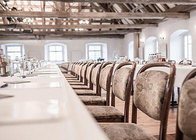 Stuhlreihen Tagung im Hofgartensaal Aulendorf, Schlaue Füchse tagen in Oberschwaben