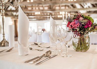 Nahansicht eingedeckter Tisch, Dekorationsstrauß, Dekoration Kronleuchter, Hofgartensaal