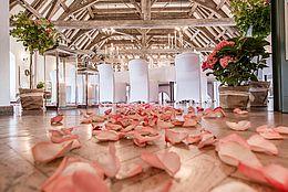 Mit Rosenblütenblättern bestreuter Eingangsbereich, Hofgartensaal