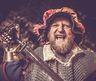 Ritter in Rüstung, Hellebarde, mittelalterliche Atmosphäre, Ambiente, Aulendorfer Ritterkeller, Rittermahl, Unterhaltung, Show, Erlebnis, gefaehrliche Ritterzeit