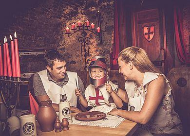 Aulendorfer Ritterkeller, historischer Gewölbekeller, Kinderrittermahl, Rittermahl mit der Familie, Kleiner Ritter in Rüstung, Speis und Trank im Mittelalter