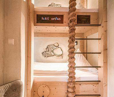 Kinderbereich Themenzimmer Gutenberg, Baumhaus, Stockbett, Hotel Arthus