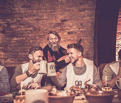 Mittelalterliches Event, Aulendorfer Ritterkeller, Show, Unterhaltung, Erlebnis, Künstler, Mundschenk, Minnesang, Gitarre, Zuprosten, geselliges Miteinander, Rittermahl