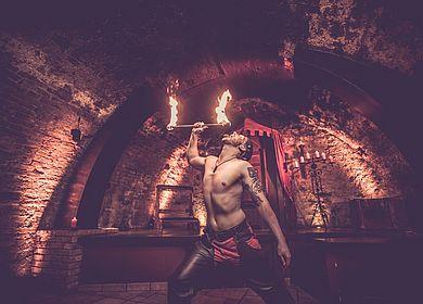 Feuershow, Spiel mit Feuer, Künstler Fraxinus, Unterhaltung, mittelalterliche Unterhaltung, Rahmenprogramm, großes Rahmenprogramm, Rittermahl, Aulendorfer Ritterkeller