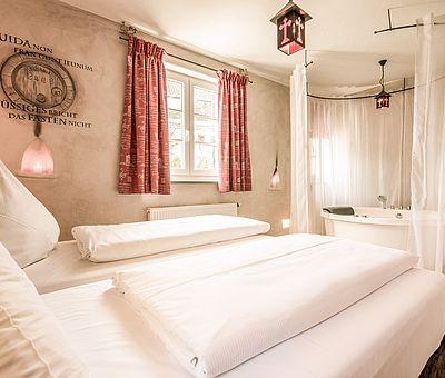 Schlafbereich und Whirlwanne Junior Suite Norbertus, Hotel Arthus