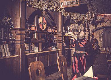 Aulendorfer Ritterkeller, Rittermahl, Praesentation der Speisen, Show, Unterhaltung, Erlebnis, historischer Gewölbekeller, Feuerwerk, Spektakel