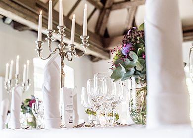 Nahaufnahme eingedeckter Tisch, Dekoration Hofgartensaal