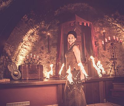 Feuershow, Unterhaltung, Rahmenprogramm, großes Rahmenprogramm, Rittermahl, Künstlerin Mancucela, Künstler, Aulendorfer Ritterkeller