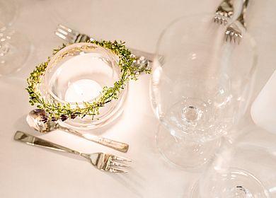 Nahaufnahme eingedeckter Tisch, Tischdekoration, Dekorationskranz, Hofgartensaal