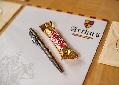 Tagung Hotel Arthus, Tagungsraum, Block, Logo Hotel Arthus, Nahaufnahme