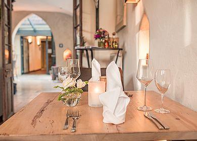 Nahaufnahme eingedeckter Tisch, Refektorium, Ambiente im Klosterhotel, Hotel Arthus, Aulendorf