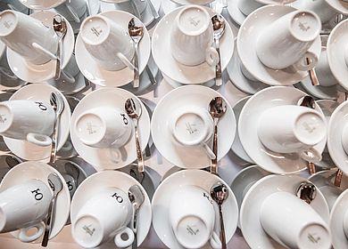 Detailaufnahme Tagen im Hotel Arthus, Kaffeetassen