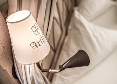 Lampenschirm am Bett, Logo, Wappen, Hotel Arthus