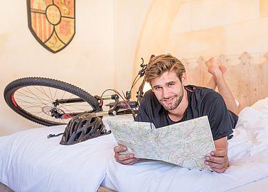 Fahrradfahrer, Fahrrad, Tour planen im Bett des Hotel Arthus, Erlebnishotel, Aulendorf