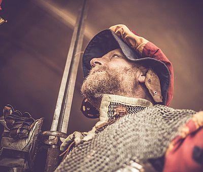 Ritter in Rüstung, Hellebarde, Atmosphäre, Ambiente des Mittelalters, Aulendorfer Ritterkeller, Rittermahl, Unterhaltung, Show, Erlebnis, Ausflug