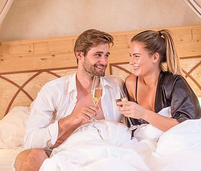 Genuss zu zweit, Liebespaar, Paar, Kurzurlaub, Sekt im Bett, Hotel Arthus, Aulendorf