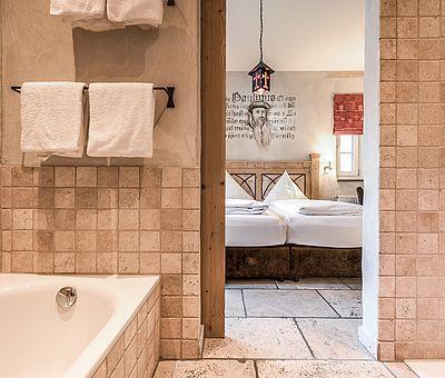 Bade- und Schlafbereich Themenzimmer Gutenberg, Hotel Arthus