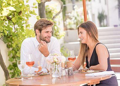 Biergarten, Gartenwirtschaft Hotel Arthus, Paar, Mittagessen im Sommer, Gasthaus zum Rad